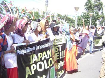 101201 マニラ日本大使館前の抗議行動に参加したロラたち.JPG