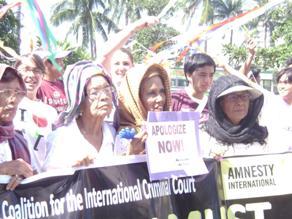 101201 日本大使館前の抗議行動に参加する被害者のロラたち.JPG
