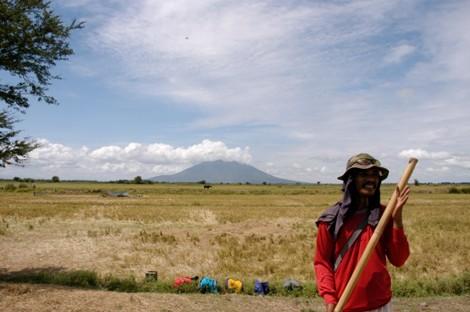 110306農民とアラヤット山.JPG