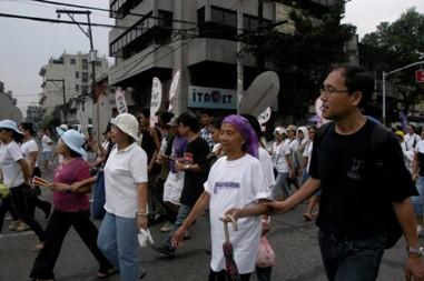 110308 国際婦人デー デモ行進するリラ・ピリピーナのクラベリアさん.JPG
