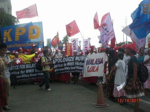 111214 CIMG1273 日本大使館前で抗議集会 支援者とともに (640x480) (480x360).jpg