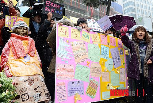 12月5日水曜デモ、ソウル日本大使館前01 (499x336) (2).jpg