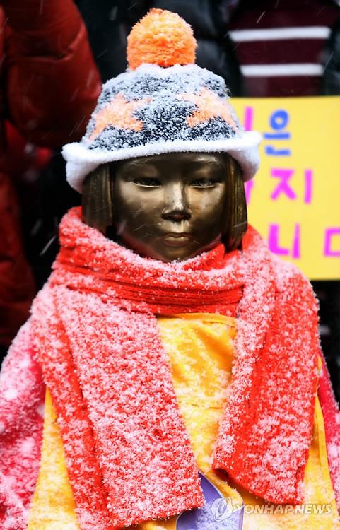 12月5日水曜デモ、ソウル日本大使館前02 (481x750).jpg