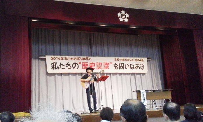 140503 立川 憲法集会 歌う田中哲朗さん02.JPG