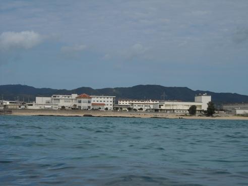DSCN0406 海から見たキャンプシュワ部の施設一部.JPG