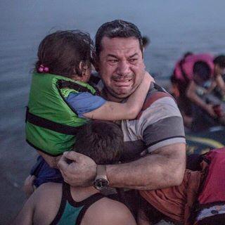 トルコからギリシャに上陸したシリア難民父子 (320x320).jpg