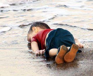 トルコ海岸に打ち寄せられたシリア難民 3歳児の遺体 世界中に配信 (320x263).jpg