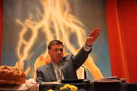 ヒトラー式で演説をするウクライナ極右政党の党首チャーニボク.png