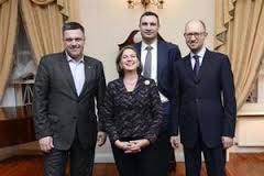 中央の女性が米国務副長官ヌーランド、左が極右党首チャ-ニボク、右が現在の臨時首相.png